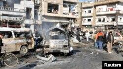 Njerëzit duke i shikuar pasojat e sulmit të sotëm në Homs
