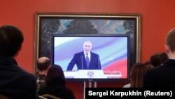 На официальных мероприятиях журналисты смотрят на Путина по телевизору