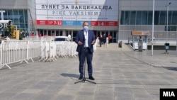 """Министерот за здравство, Венко Филипче, на прес-конференција пред СЦ """"Борис Трајковски"""" во Скопје каде се врши вакцинацијата, 6 април 2021"""