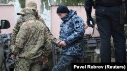 Ukrain arbiy Aqmescit mahkeme binasından alıp çıqıla, 2018 senesi, noyabr