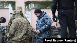 Украинского военнослужащего выводят из здания суда в Симферополе, ноябрь 2018 года
