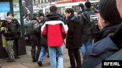По утверждениям пикетчиков, как минимум один из задержанных вчера оппозиционеров не освобожден до сих пор
