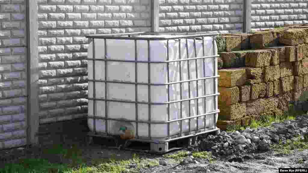 На час ремонту водопроводу жителі приватних будинків на вулиці Леніна запасали воду в пластикових ємностях