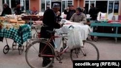 Мужчина с велосипедом на рынке. Ташкент, 25 марта 2012 года. Иллюстративное фото.
