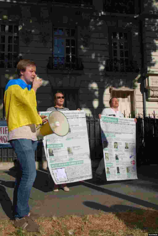 Акція під посольством Росії в Парижі на підтримку кримських політв'язнів Сенцова і Кольченка, 30 червня 2015 року