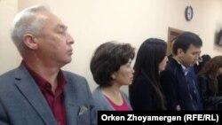 Сейітқазы Матаев (сол жақта) пен оның ұлы Әсет Матаев сотта өздеріне оқылып жатқан үкімді естіп тұр. Астана, 3 қазан 2016 жыл.
