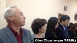 Председатель Союза журналистов Казахстана Сейтказы Матаев (слева) и его сын Асет Матаев (справа) в суде в день оглашения им приговора. Астана, 3 октября 2016 года.