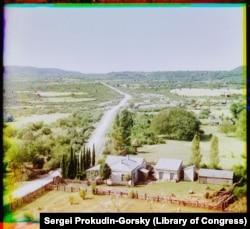 Rendezett tanya a Fekete-tenger partjára vezető autóút mentén. A fényképet egy dombról készítette, mely a ma Bzyb néven ismert falura néz, a Grúziától elszakadt abház régióban.
