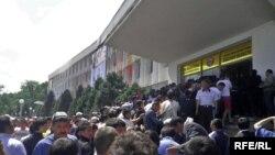 Прихильники скинутого президента Киргизстану Курманбека Бакієва беруть під контроль урядовий офіс у місті Ош, 13 травня 2010 року