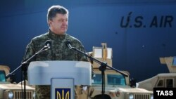 Президент Украины Петр Порошенко на церемонии приветствия по поводу доставки в международный аэропорт Киева первой партии нелетальной военной помощи США. 25 марта, 2015 года.