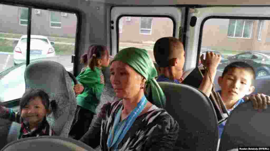 Приехавшие на место протеста к резиденции президента представители прокуратуры и акимата города Алматы попросили Женисгуль Ермухамет пройти на переговоры в акимат. Она отказалась. После этого полицейские задержали ее вместе с детьми.Задержан также репортер Азаттыка Руслан Ботайулы, снимавший происходящее, у него изъяли сматфон, повредили штатив, насильно затолкали в полицейский автобус. Спустя некоторое время смартфон вернули.