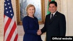 ABŞ-ın dövlət katibi Hillari Klinton və Türkmənistan prezidenti Qurbanqulu Berdımuhammedov, Nyu York, 21 sentyabr, 2009