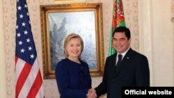 ABŞ-nyň Döwlet sekretary Hillari Klinton bilen Türkmenistanyň prezidenti Gurbanguly Berdimuhamedowyň arasynda duşuşyk boldy, 21-nji sentýabr, 2009 ý.