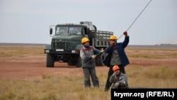 Відновлення пошкодженої електроопори високовольтної лінії на околиці села Чонгар Генічеського району Херсонської області, 11 жовтня 2015 року