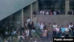 یکی از شعبههای دانشگاه آزاد تهران در جریان یکی از حرکتهای اعتراضی.