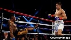 Казахстанский боксер Геннадий Головкин на ринге с американским боксером Вилли Монро (слева). 17 мая 2015 года.