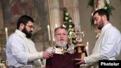 Ամենայն Հայոց կաթողիկոս Գարեգին երկրորդը Սուրբ Ծննդյան առթիվ մատուցվող պատարագի արարողության ժամանակ, արխիվ
