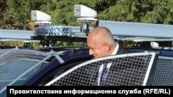 Премиерът Бойко Борисов лично разгледа отвътре един от новите 51 автомобила Volkswagen Tiguan на полицията, 7 октомври 2018 г.