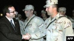 საქართველოში აშშ-ის ელჩი ჯონ ბასი ავღანეთიდან დაბრუნებულ ჯარისკაცებს ხვდება