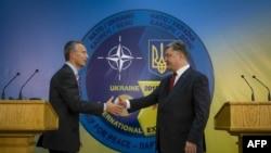 Петр Порошенко и генеральный секретарь НАТО Йенс Столтенберг