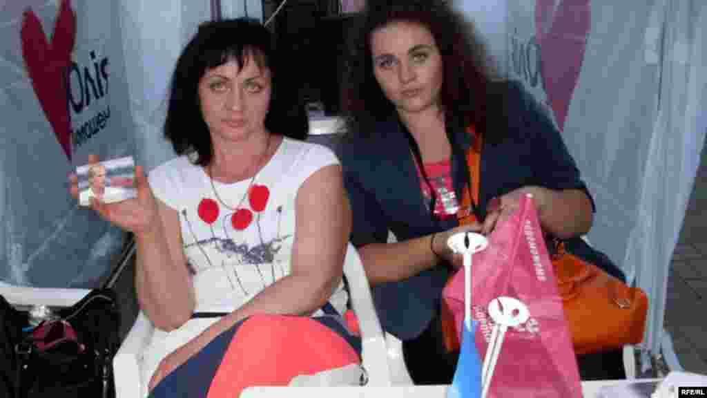 Галіна і Таня Юрчанкі ў намёце жытомірскай арганізацыі