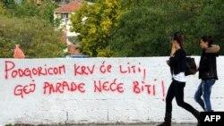 """Parulla anti-homoseksuale në Podgoricë: """"Në Podgoricë do të rrjedhë gjaku dhe Paradë të Homoseksualëve nuk do të ketë""""."""