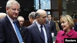 Министр иностранных дел Швеции Карл Билдт (слева), министр иностранных дел Франции Ален Жуппе и министр иностранных дел Хорватии Весна Пусич. Брюссель, 23 января 2012 года.