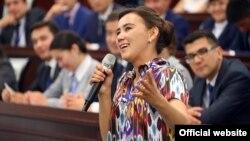 Девушка-фермер из Сырдарьинской области, выступающая на встрече президента Шавката Мирзияева с представителями Союза молодежи Узбекистана. Иллюстративное фото.