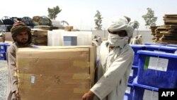 ماموران انتخاباتی در حال حمل صندوقهای رای در قندهار.