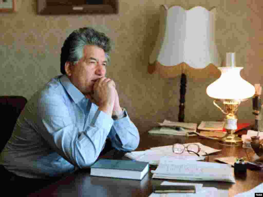 Novelist Chingiz Aitmatov in the city of Frunze (now Bishkek) in 1985