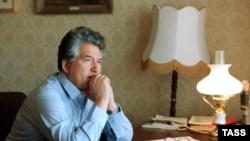 Буюк адиб 1985 йилнинг 1 сенябрида Бишкекдаги ўз уйидаги иш столи ëнида ўй сурмоқда.