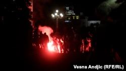 Demonstranti sa bakljama ispred Skupštine Srbije, 7. jul
