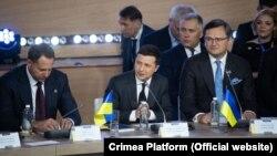 Президент Украины Владимир Зеленский (в центре), министр иностранных дел Украины Дмитрий Кулеба (справа) и глава Офиса президента Украины Андрей Ермак (слева) на саммите «Крымская платформа», 23 августа 2021 года