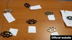 Оружје пронајдено кај ученици при претрес на МВР во Скопје во 2012 година.