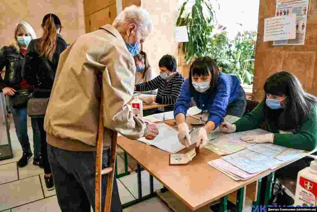 Люди голосують на одній із виборчих дільниць Запоріжжя на території Запорізького національного університету