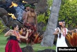 Ілюстрацыйнае фота. Жыхары Гавайскіх астравоў ў традыцыйнай вопратцы выконваюць гавайскі танец на фэстывалі Aloha. 2012 год