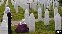 Сребреница қырғыны кезінде мерт болған мұсылмандар зиратында.