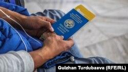 Мужчина с паспортом Кыргызстана в аэропорту «Манас». Иллюстративное фото.