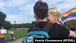 """Анна Грабецкая (на фото с плакатом """"Я люблю свою жену"""") – единственная, кого задержали на параде"""