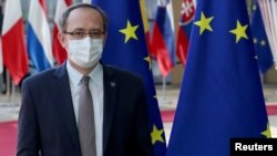 Косовският премиер Авдула Хоти обяви, че няма да участва в преговорите със Сърбия, насрочени за събота в Белия дом, докато беше на посещение в Брюксел