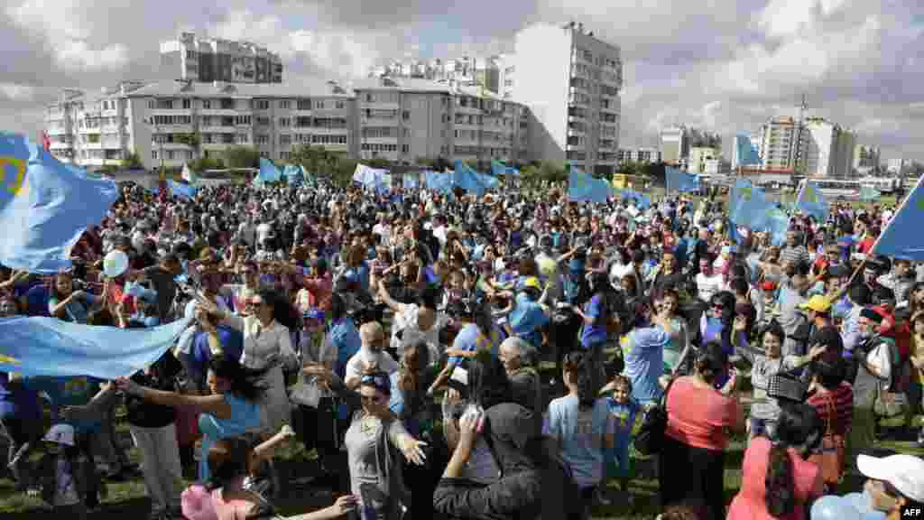 Crimean Tatars celebrate the day of their national flag in the Crimean capital, Simferopol, on June 26. (AFP Max Vetrov)