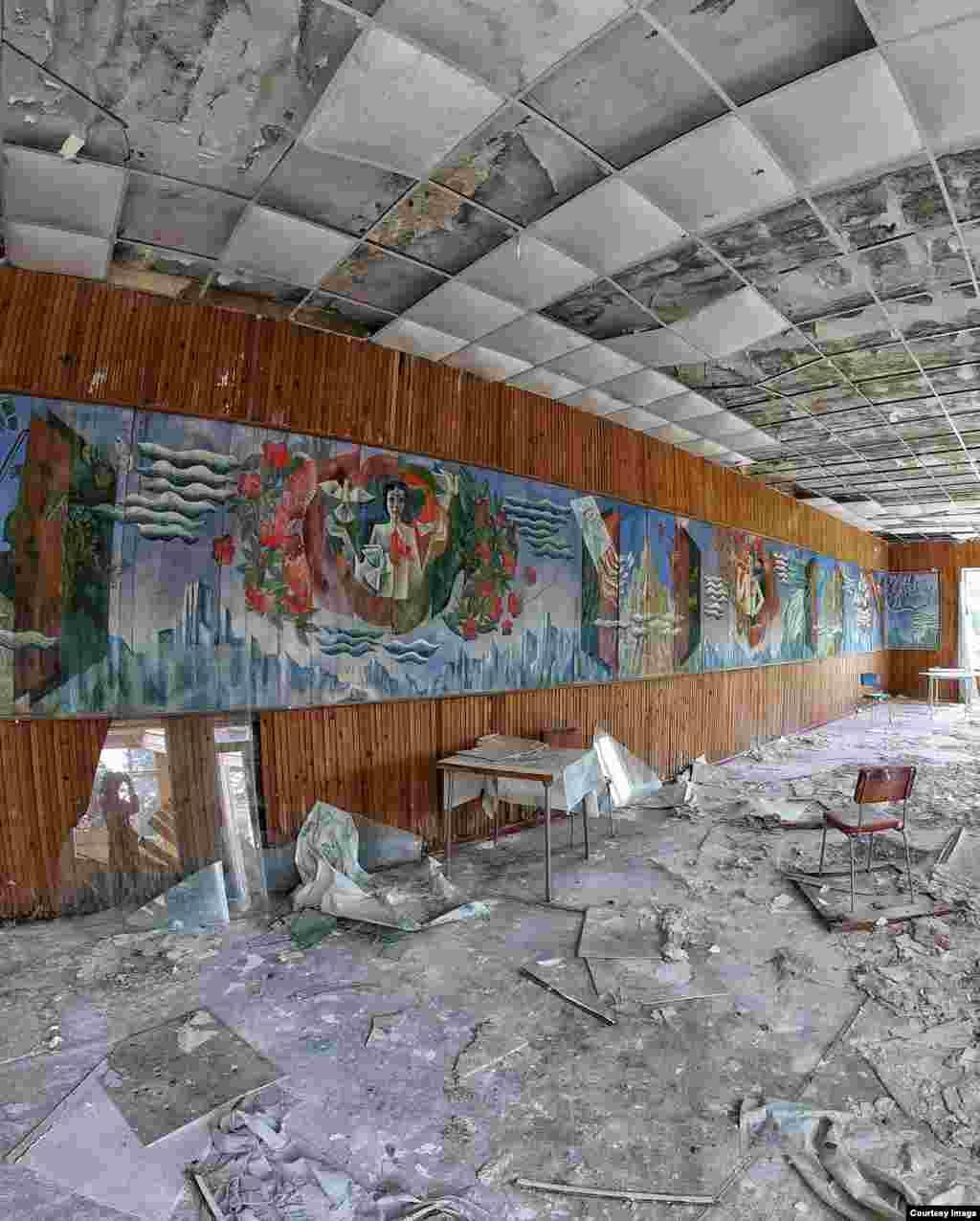 Детский лагерь «Коммунальник» в Нальчике, Кабардино-Балкария. Лагерь расположен в районе с названием «Волчьи ворота». Его построили для детейработников жилищно-коммунального хозяйства, а закрыли восемь лет назад. На территории лагеря сохранились картины, плакаты о пионерах, скульптуры в саду, пианино, сцена