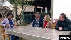 Novinarka RSE sa mještanima Janje