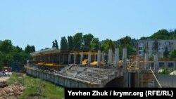 Новую трибуну на «Горняке» строят на базе возведенной во время реконструкции в 2010 году, июль 2019 года