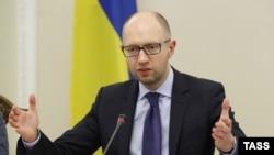 Прем'єр-міністр Арсеній Яценюк бере участь у засіданні уряду в Києві, 27 травня 2014 року.