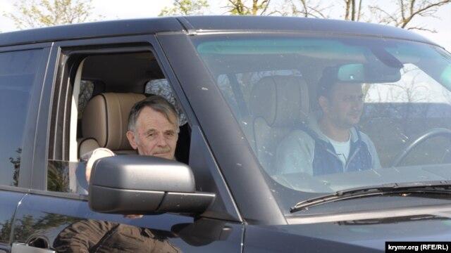 Мустафа Джемілєв на пункті пропуску «Турецький вал», 3 травня 2014 року