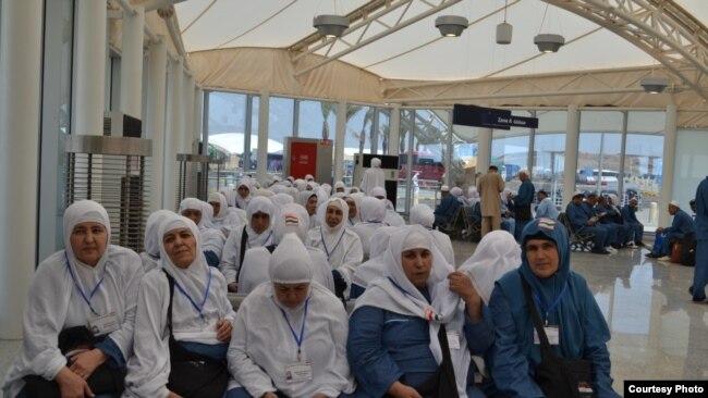 Паломники из Таджикистана в Медине. Архивное фото