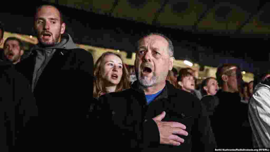 Після того як вогні згасли, активісти заспівали гімн України
