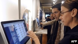 یکی از مسئولان کتابخانه دیجیتال جهان هنگام راهاندازی این کتابخانه در پاریس