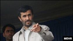 Əhmədinejat tənqidləri qəbul etməyərək deyib ki, İranın Qərb üslubunda iqtisadi idarəyə ehtiyacı yoxdur